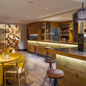 Barra cafetería en madera hotel blanco